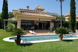 A cosy villa with wonderful large flat garden situated in the most exclusive and secure gated complex with 24 h security guard
