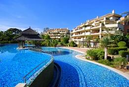 Front line beach luxury penthouse just in 10 minutes from Puerto Banus walking by the beach side or 2 minutes by car