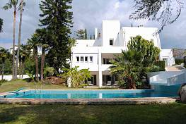 Modern villa located in the heart of the golf valley of Nueva Andalucia in a Frontline Golf position