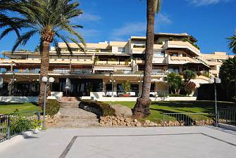 Nice apartment situated on the 5th floor overlooking the swimming pool with golf and sea views